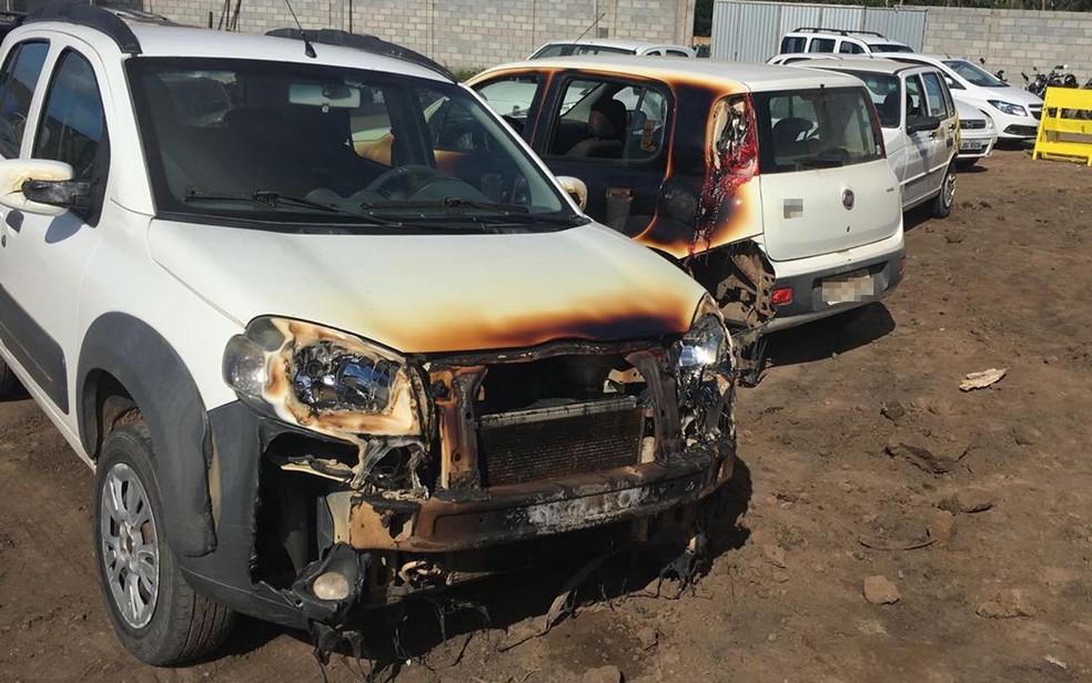 Carros foram queimados na noite de terça-feira (15), no interior da Bahia (Foto: Ascom/ Prefeitura de Santo Estêvão)