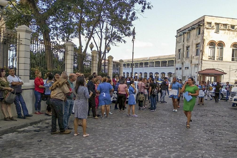 Pessoas deixam prédios de Havana, capital de Cuba, após forte tremor no Caribe nesta terça-feira (28) — Foto: Adalberto Roque/AFP