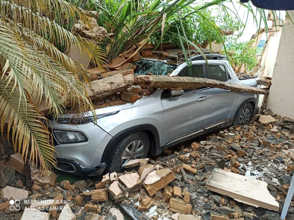 Um muro desabou sobre um carro, no Bairro Barra em Muriaé — Foto: Silvan Alves/Reprodução