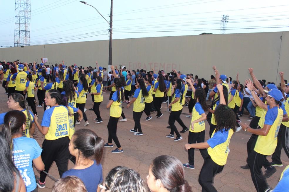 Grupos fizeram apresentações de dança na Marcha Para Jesus em Porto Velho (Foto: Pedro Bentes/ G1)
