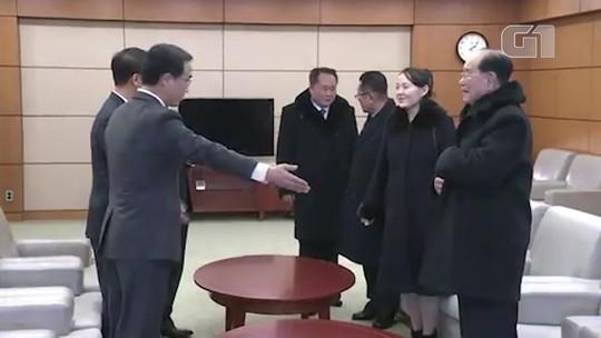 Irmã de líder norte-coreano e presidente da Coreia do Sul se cumprimentam em encontro histórico