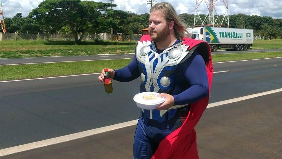 Vestido de Thor, fisioterapeuta entrega marmitas a caminhoneiros na Rodovia Anhanguera em Orlândia (SP) — Foto: Gabriel Grasi / Acervo pessoal
