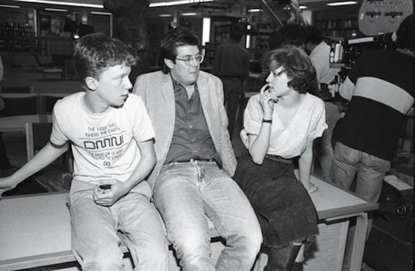 A atriz Molly Ringwald com o diretor John Hughes nas gravações de O Clube dos Cinco (1985) (Foto: Reprodução)