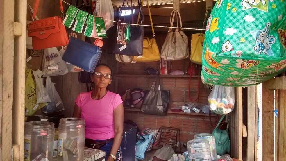 Deuza montou um pequeno comércio em frente de um presídio de Rio Branco (Foto: Aline Nascimento/G1)