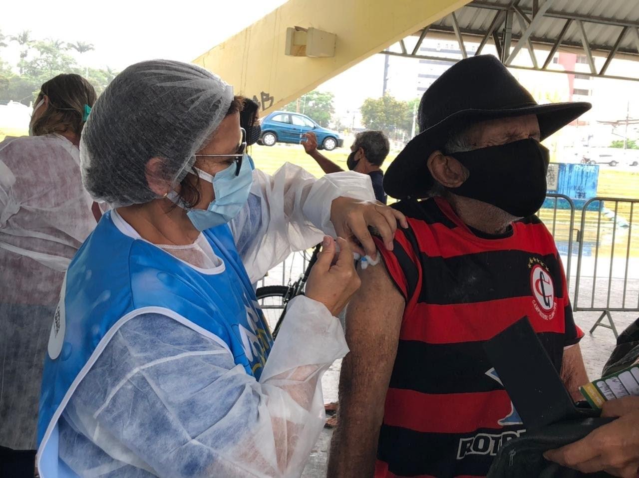 Pessoas de 59 anos com comorbidades são vacinadas contra Covid-19, em Campina Grande