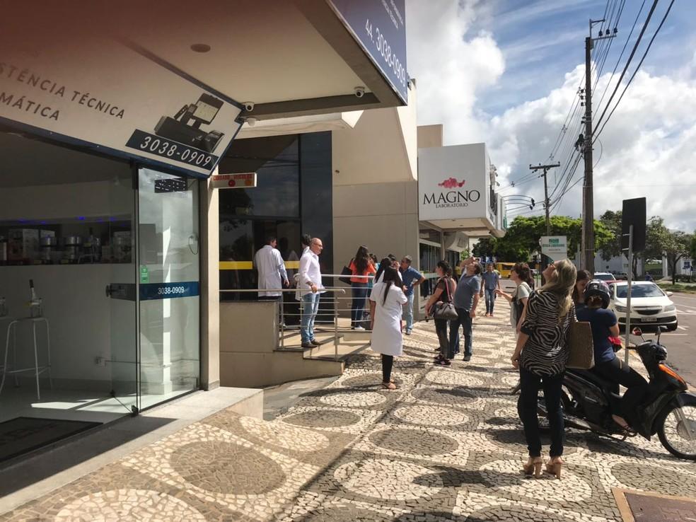 Prédio em Umuarama foi evacuado após tremor, nesta segunda-feira (2) (Foto: Wesley Bischoff/RPC)