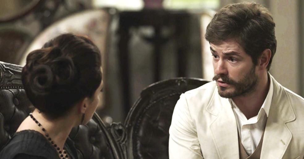 Camilo procura Julieta para pedir ajuda para conseguir um novo emprego  (Foto: TV Globo)