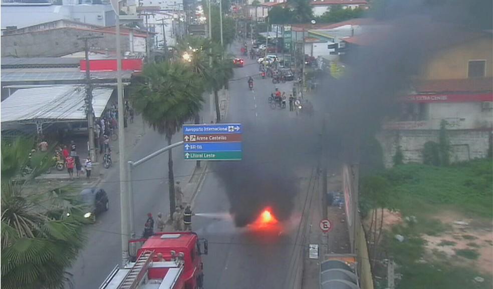 Protesto na Avenida Silas Munguba fechou a via por cerca de duas horas (Foto: TV Verdes Mares/Reprodução)