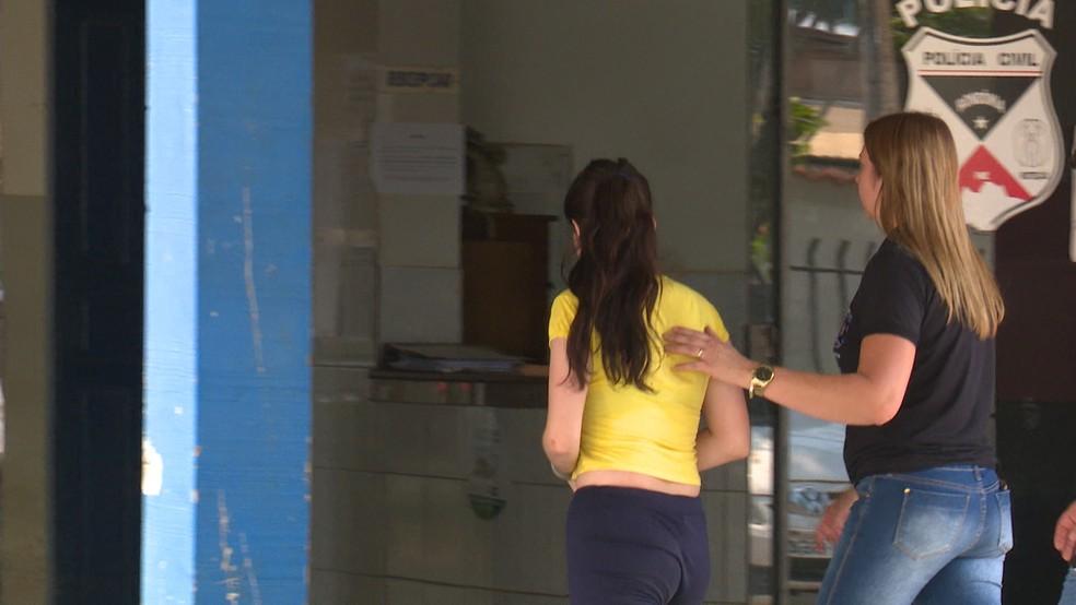 Vania (de amarelo) esteve na delegacia para registrar boletim contra outra presidiária (Foto: José Manoel/Rede Amazônica)