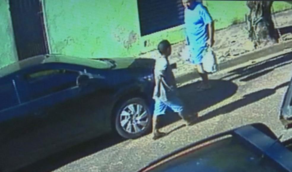Câmera de segurança registrou o irmão procurando por menina que teria sido abusada pelo prefeito de Bariri  (Foto: Reprodução/Circuito de Segurança )