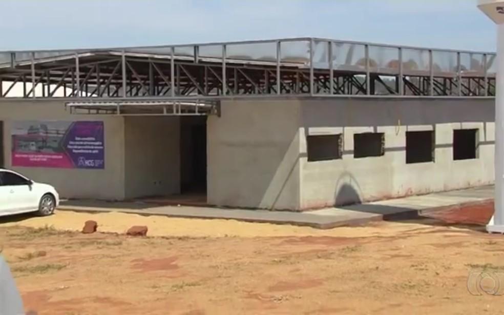 Hospital do Câncer de Goiás está sendo construído em Inhumas (Foto: Reprodução/TV Anhanguera)