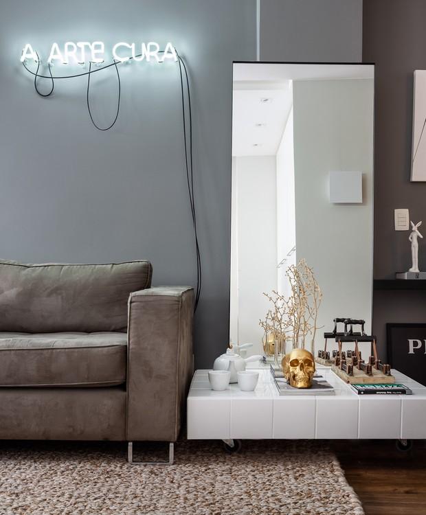 A luminária artística traz o toque irreverente para dentro de casa. Design do arquiteto executado pela Lumy Neon (Foto: Dhani Borges)