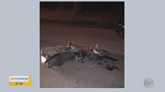 Motorista invade a contramão, atinge moto e deixa feridos em estado grave