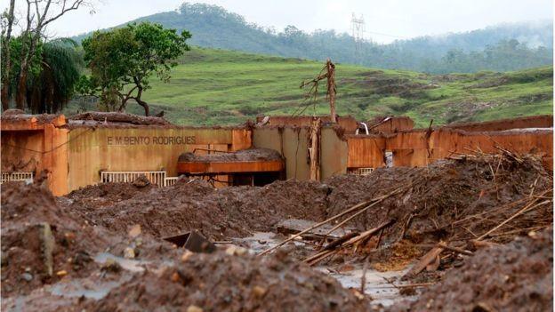 Uma escola de Bento Rodrigues, distrito de Mariana, ficou totalmente destruída pela lama - 19 pessoas morreram na tragédia (Foto: ROGÉRIO ALVES/TV SENADO)