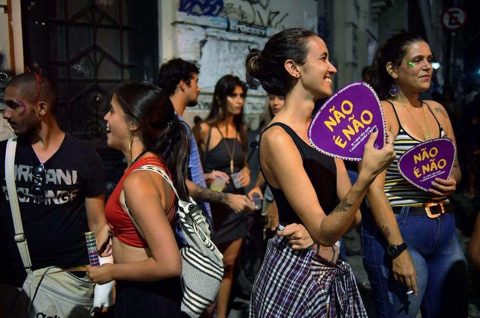 Mulheres usam leque com os dizeres 'Não é não' (Foto: Carl de Souza/AFP)