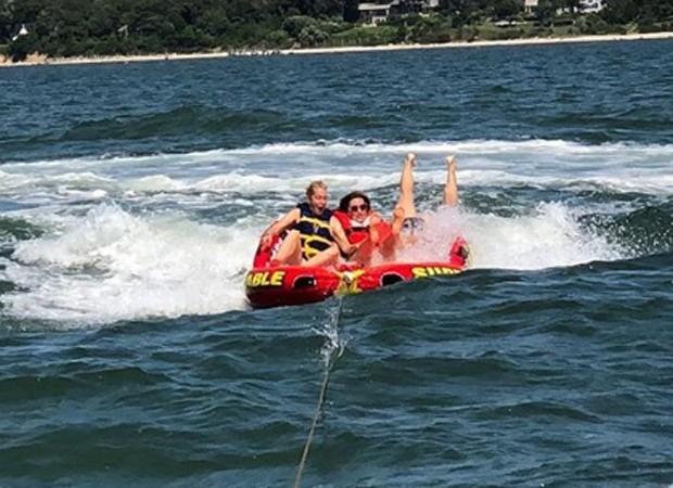 Brooke Shields leva caldo em momento de diversão com amigos (Foto: Reprodução/Instagram)