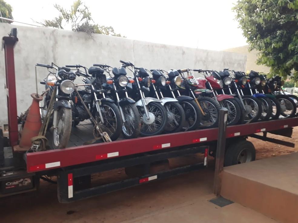Motos teriam sido adquiridas em leilões de sucata feitos pelo Detran e revendidas ilegalmente — Foto: Polícia Militar/Divulgação
