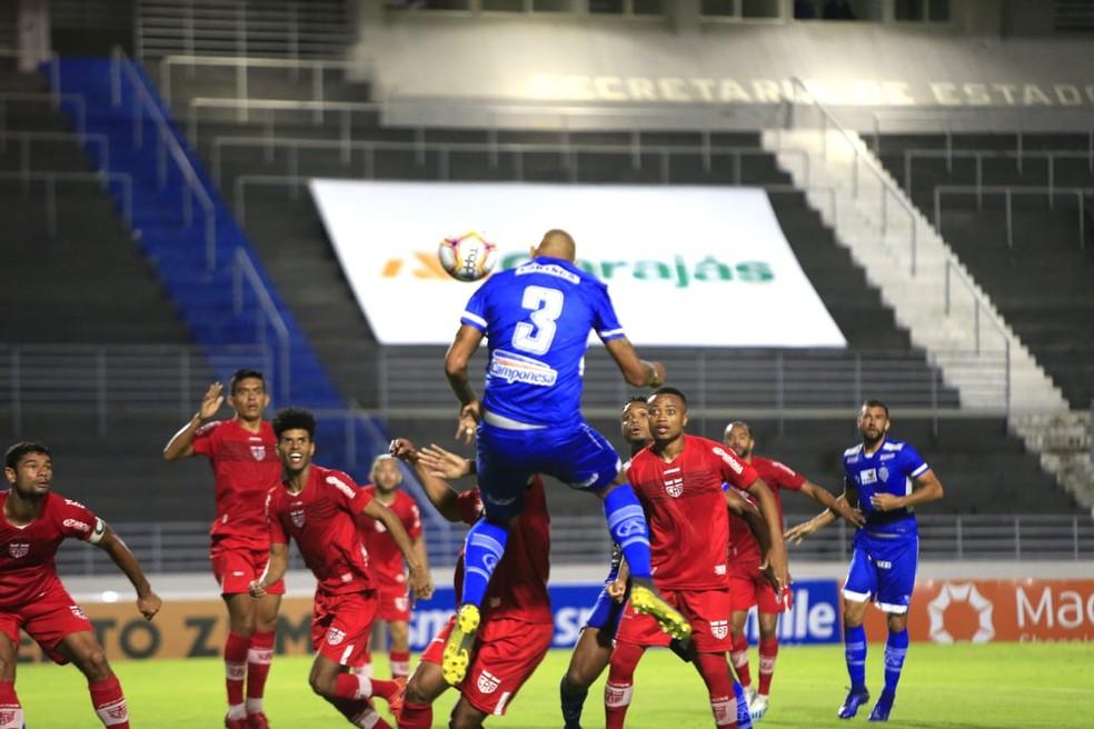 Zagueiro do CSA, Alan Costa marca de cabeça no clássico contra o CRB — Foto: Ailton Cruz/Gazeta de Alagoas