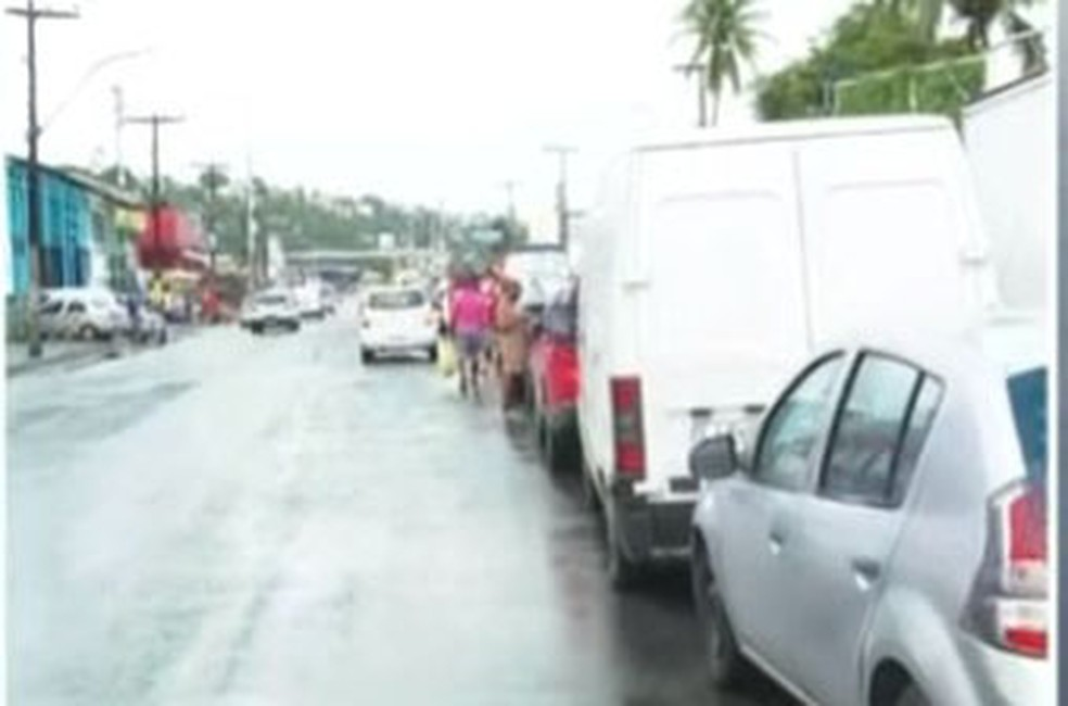 Motoristas fazem fila para embarque no sistema ferry boat, em Salvador. — Foto: Reprodução / TV Bahia