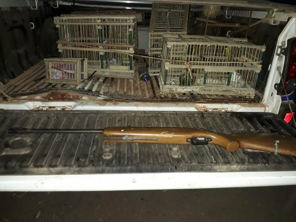 Materiais apreendidos na casa do suspeito (Foto: Polícia Militar Ambiental)
