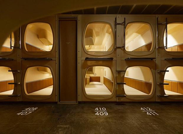 Os arquitetos aproveitaram o bege das cápsulas como base para toda a reforma (Foto: Reprodução/Nacása & Partners Inc.)