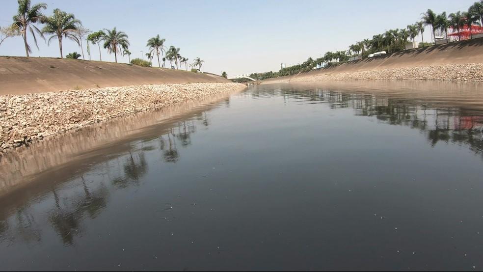 Mancha de poluição aumentou no Rio Tietê — Foto: Reprodução/TV Globo