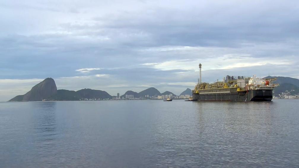 Plataforma P-70 já de volta ao meio da Baía — Foto: Reprodução/TV Globo