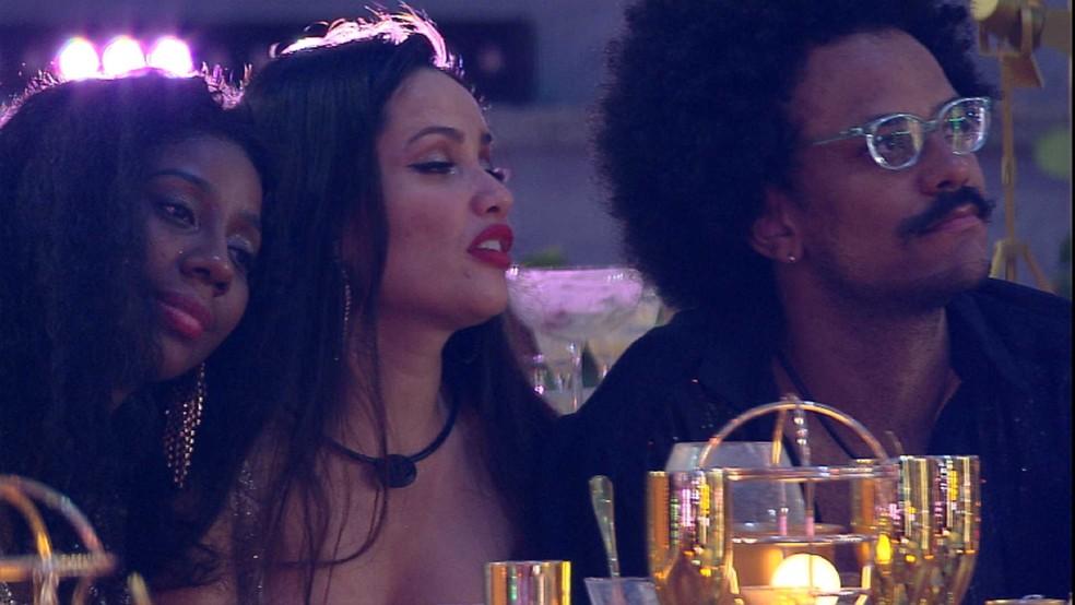 Juliette, Camilla de Lucas e João Luiz se declaram um ao outro — Foto: Globo