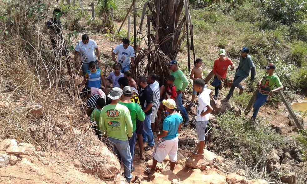 Moradores observam cobras dentro de bueiro em Axixá do Tocantins — Foto: Ronivon Gomes/Divulgação