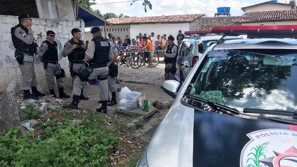 Jovem foi morto a tiros por dois em uma motocicleta no bairro do Rangel (Foto: Walter Paparazzo/G1)
