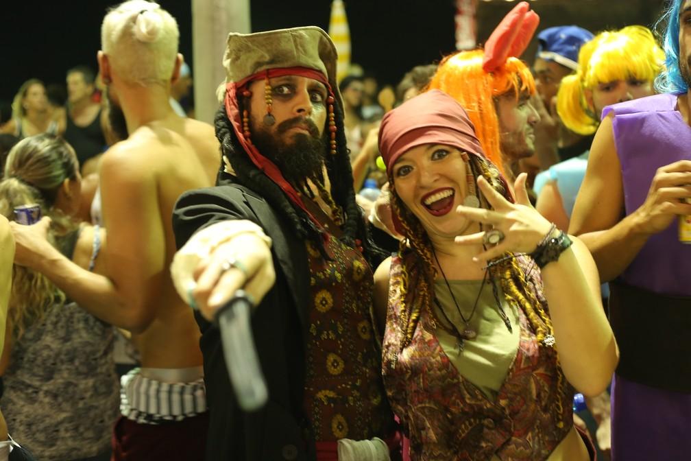 Folião se fantasiou de Jack Sparrow no bloco Os Mascarados. (Foto: Júnior Improta/Ag Haack)