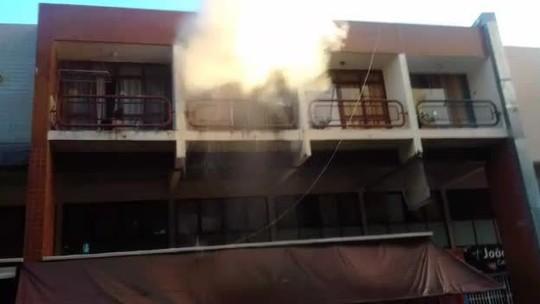 Quitinete pega fogo em comercial da Asa Norte e morador precisa ser atendido