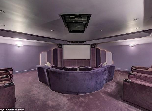 O roxo domina várias partes da decoração, como na sala de cinema