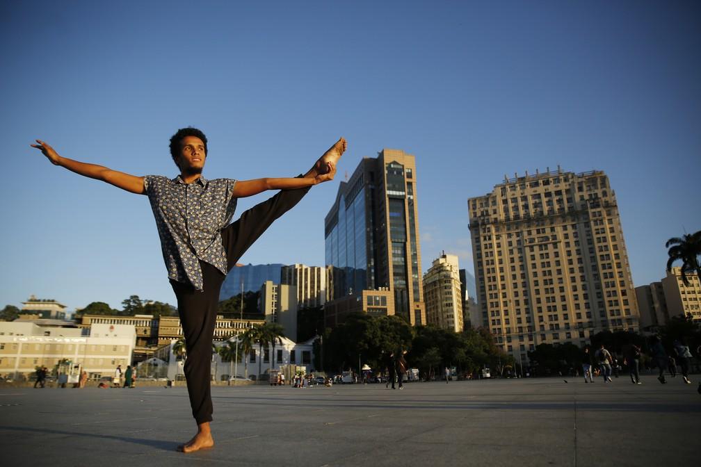 Luyd de Souza Carvalho, de 22 anos, começou a dançar aos 14 anos no Centro de Artes da Maré — Foto: Marcos Serra Lima/G1