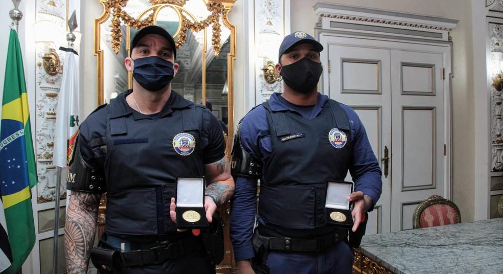 Guardas municipais receberam medalha de honra ao mérito em Santos, SP — Foto: Susan Hortas/Prefeitura de Santos