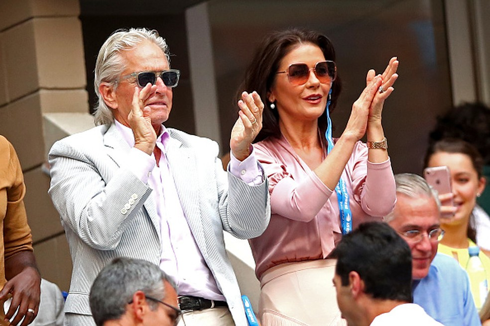 Michael Douglas e Catherine Zeta-Jones aplaudem Rafael Nadal na final do US Open — Foto: Clive Brunskill/Getty Images