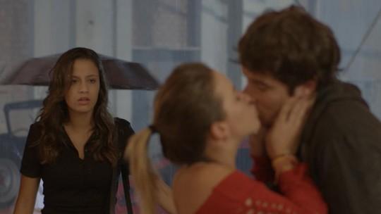 Tainá flagra beijo de Luan e Jéssica