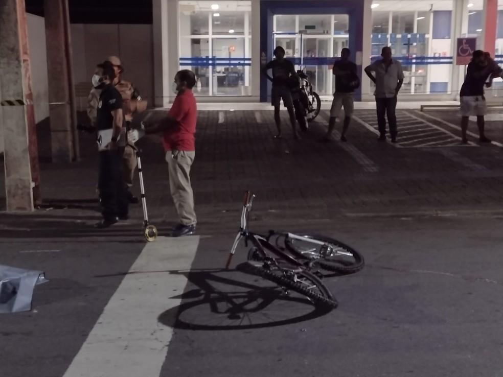 Adolescente pegava rabeira em caminhão enquanto estava de bicicleta — Foto: Claudemir Macedo/TV Anhanguera