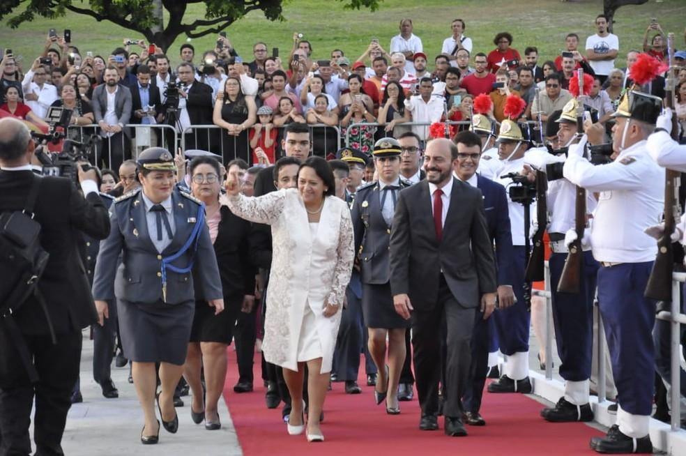 Fátima Bezerra (PT) sobe rampa da governadoria para transmissão de cargo de governadora do RN — Foto: Eduardo Maia/ALRN