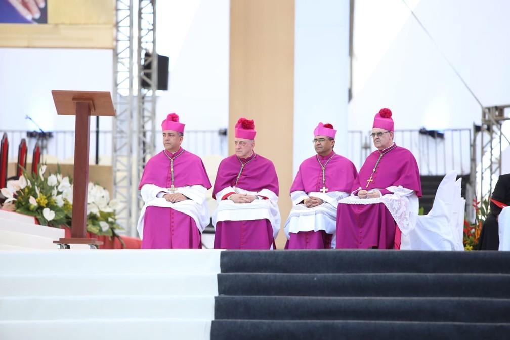 Dom Murilo Krieger com bispos assistiram o espetáculo Império do Amor — Foto: Daniele Rodrigues/G1