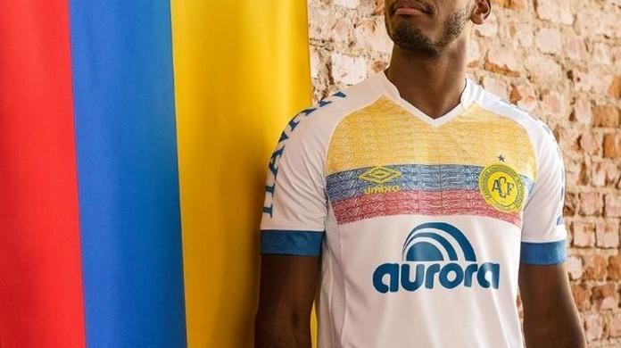 67f94e9021530 Chapecoense lança camisa em homenagem à Colômbia
