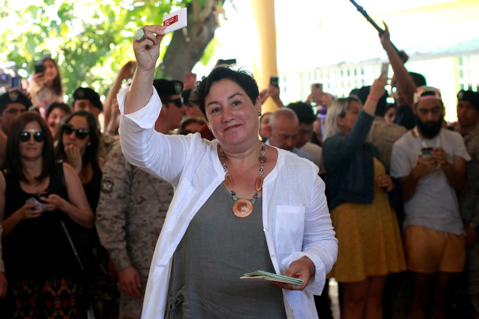 Beatriz Sánchez, candidata presidencial no Chile, vota no primeiro turno das eleições (Foto: Carlos Vera/ Reuters)