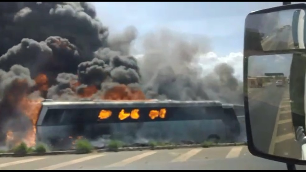 Veículos que estavam no pátio da PRF foram destruídos pelo fogo — Foto: Reprodução