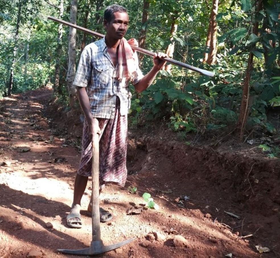 Nayak trabalhava cerca de oito horas por dia para fazer a estrada (Foto: Simanchal Pattnaik)
