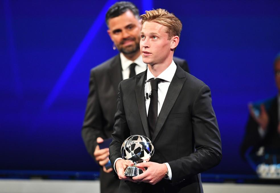 Jovem De Jong fica com troféu de melhor meio-campista — Foto: Getty Images