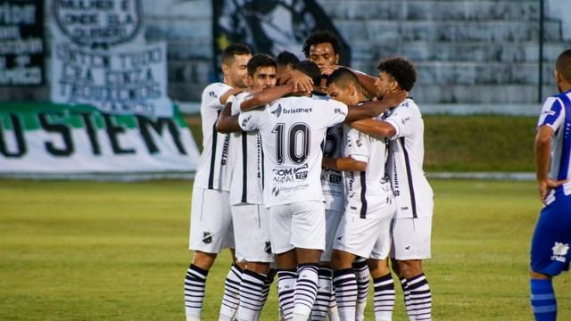 Jogadores comemoram gol em vitória tranquila