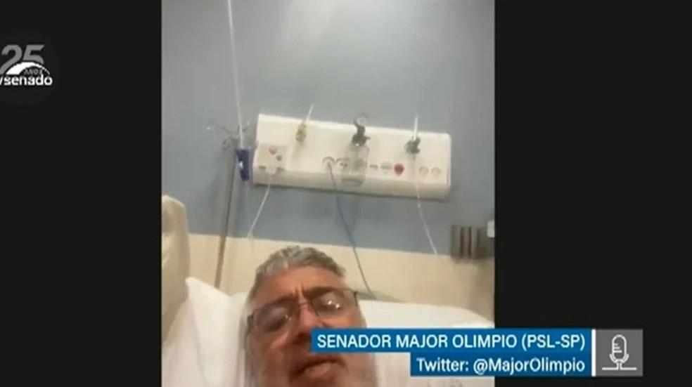 O senador Major Olímpio (PSL-SP) participa de sessão do Senado Federal da cama do hospital, após ser diagnosticado com Covid-19. — Foto: Reprodução/Senado