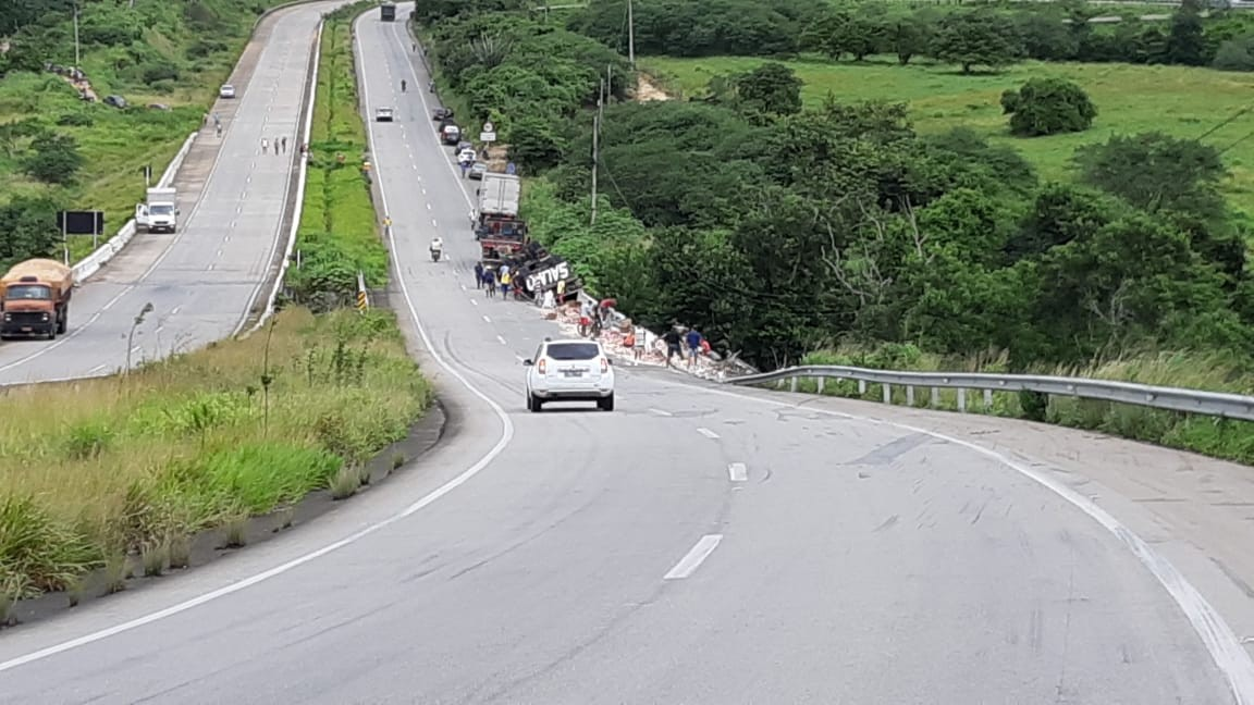 Caminhão tomba em São Sebastião, AL, e tem carga saqueada