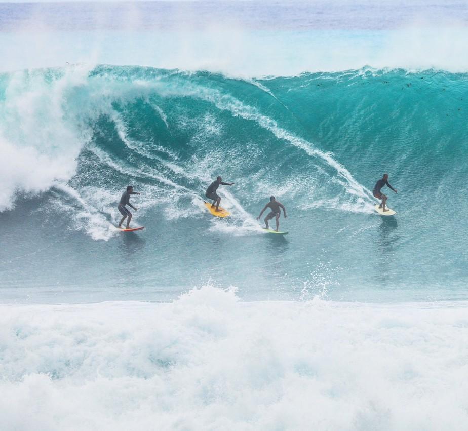 Fernando de Noronha tem fim de semana de Pipeline com ondas de até 4 metros