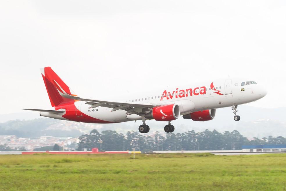 Avião da companhia aérea Avianca pousa no Aeroporto Internacional de São Paulo - Cumbica (GRU), em Guarulhos. — Foto: Celso Tavares/G1